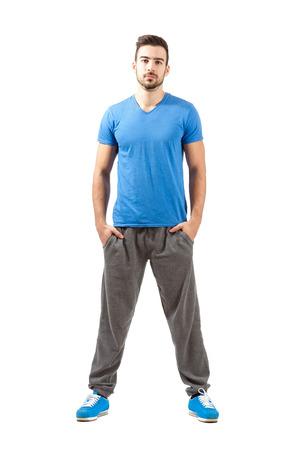 beine spreizen: Junge stolz zuversichtlich fit Männchen in Sportswear. Ganzkörperansicht Portrait isoliert auf weißem Hintergrund.