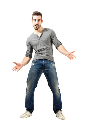 Jonge gelukkige vrolijke man met gespreide open armen. Full body lengte geïsoleerd op een witte achtergrond.