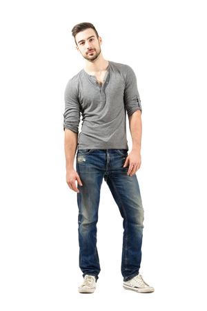 Entspannte junge männliche Model posiert. Voller Körperlänge über weißem Hintergrund.