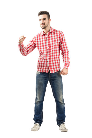 cuerpo entero: Hombre joven emocionado en ropa casual con el puño cerrado. Cuerpo completo retrato de longitud aisladas sobre fondo blanco.