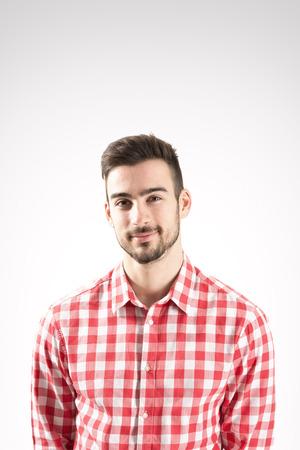 Portret van lachende jonge bebaarde man kijken naar camera over grijze achtergrond Stockfoto - 34341284