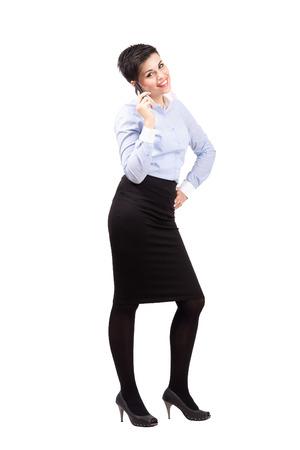 mujer cuerpo completo: Mujer de negocios de pie joven en el tel�fono m�vil. Cuerpo completo retrato de cuerpo entero aisladas sobre fondo blanco.