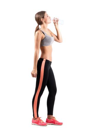Seitenansicht schlanke Fitness Frau Trinkwasser. Ganzkörperansicht Portrait isoliert auf weißem Hintergrund. Standard-Bild - 37349237