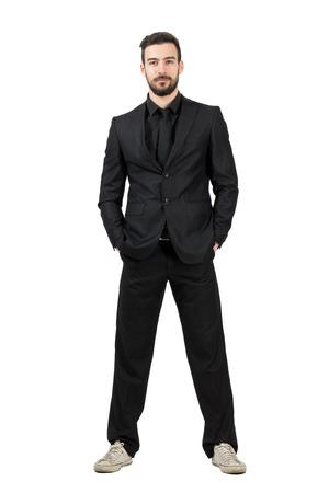 Hombre de negocios joven barbudo en zapatillas blancas mirando a la cámara. Todo el cuerpo retrato de cuerpo entero aisladas sobre fondo blanco de estudio. Foto de archivo - 40099298