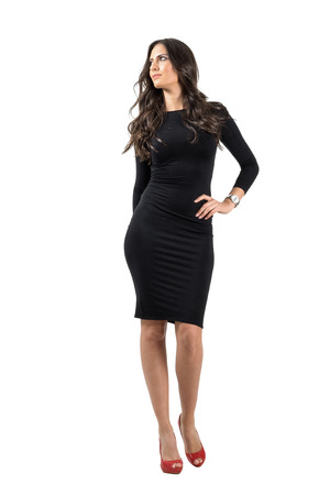 EVENING DRESS: Gorgeous moda modelo de moda belleza posando mirando hacia arriba. Cuerpo completo retrato de cuerpo entero aisladas sobre fondo blanco de estudio. Foto de archivo