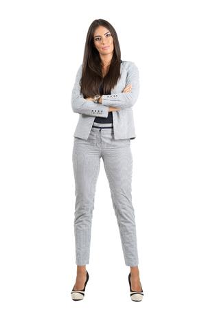mujer cuerpo completo: Mujer segura de negocio fuerte con los brazos cruzados mirando a la cámara. la longitud del cuerpo Retrato completo aislado sobre fondo blanco del estudio.