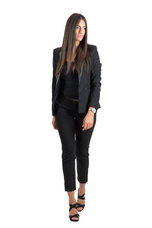 Frontansicht des herrlichen reizvollen gebräunten Geschäftsfrau, die zu Fuß entfernt suchen. Ganzkörper-Portrait isoliert über weiß Studio Hintergrund. Standard-Bild