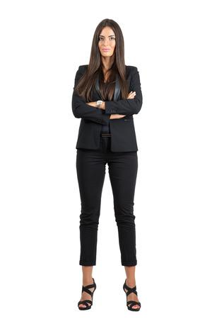completos: Mujer corporativa orgullosa confianza en ropa formal con los brazos cruzados mirando a la cámara. la longitud del cuerpo Retrato completo aislado sobre fondo blanco del estudio.