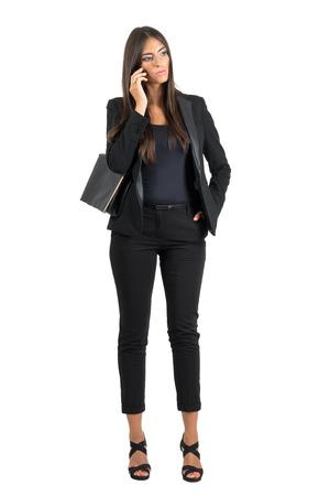 cuerpo humano: Mujer de negocios preocupado serio en juego que habla en el tel�fono m�vil que mira hacia abajo. Cuerpo completo retrato de cuerpo entero aisladas sobre fondo blanco de estudio.