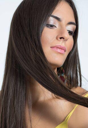 mujeres morenas: Close up retrato de mujer femenina sensual sosteniendo su cerradura marrón pelo recto. Foto de archivo