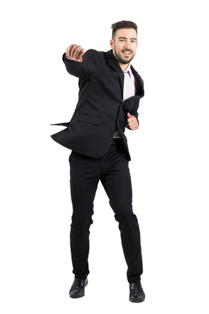modelos hombres: hombre de negocios con barba joven alegre saltar emocionados con los pu�os cerrados. la longitud del cuerpo Retrato completo aislado sobre fondo blanco del estudio. Foto de archivo