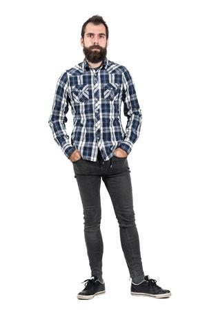 hombre flaco: inconformista grave confía en camisa azul de la tela escocesa con las manos en los bolsillos. la longitud del cuerpo Retrato completo aislado sobre fondo blanco del estudio.