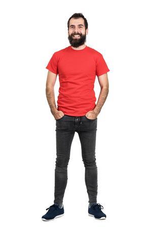 uomo rosso: Felice l'uomo con la barba amichevole positivo in rosso t-shirt e jeans stretti fotocamera a ridere. Tutto il corpo ritratto di lunghezza isolato su sfondo bianco studio.