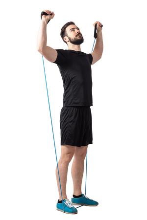 haciendo atleta hombros barbudos jóvenes ejercicio con bandas elásticas de resistencia. longitud de cuerpo completo aislado sobre fondo blanco del estudio.