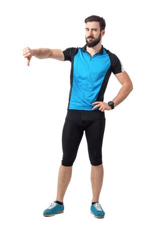 pantalones abajo: Enojado ciclista deporte decepcionados muestra los pulgares abajo gesto de la mano. la longitud del cuerpo Retrato completo aislado sobre fondo blanco del estudio.
