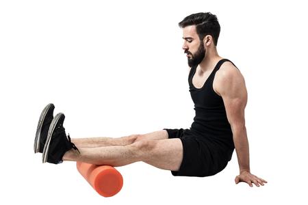 Athlet Massage und Stretching Achillessehne Beinmuskeln auf Schaumstoffrolle. Ganzkörper-Länge Porträt auf weißem Hintergrund Studio isoliert.