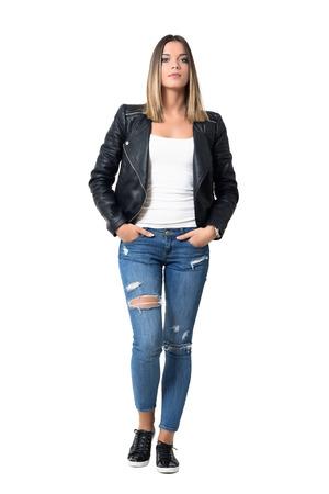 jeans apretados: Confía en serio la belleza magnífica en ropa casual con las manos en el bolsillo mirando a la cámara. aislado longitud de cuerpo completo retrato sobre fondo blanco del estudio.