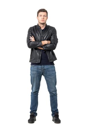 Vue de face du jeune homme confiant dans des vêtements décontractés avec les bras croisés en regardant la caméra. corps plein longueur portrait isolé sur fond blanc studio.