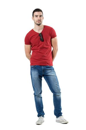cuerpo hombre: Cool relajado hombre casual joven con gafas de sol enganchado en el cuello de la camisa. Retrato de longitud completa del cuerpo aislado sobre fondo blanco del estudio.