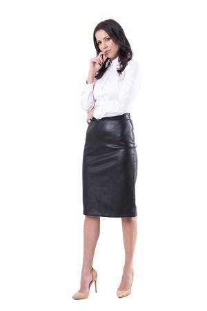 Giudicare la donna d'affari scettica premurosa con la mano sul mento che fissa sospettosamente la telecamera. Corpo pieno isolato su sfondo bianco.