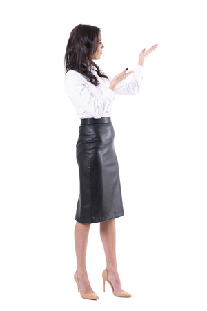 Jonge leraar of zakenvrouw die lege kopieerruimte presenteert of toont. Volledige lichaam geïsoleerd op een witte achtergrond.