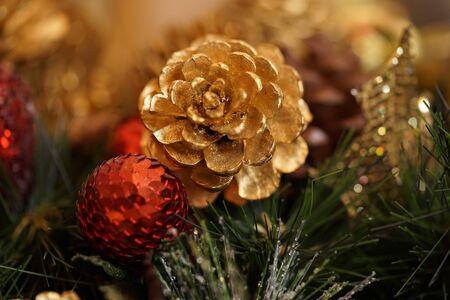 pomme de pin: Golden pine cone