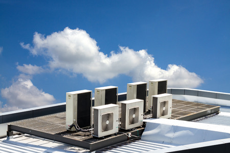 air condition outdoor unit, on the roof with blue sky Zdjęcie Seryjne