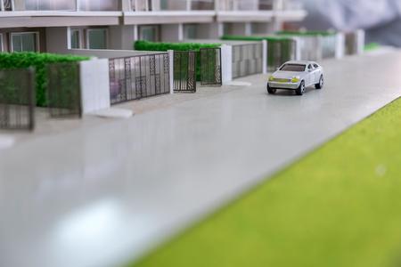 giocattolo auto sulla strada di fronte a casa modello