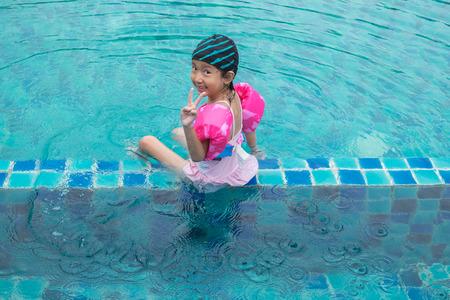 cola mujer: Niña feliz plaing en la piscina Foto de archivo