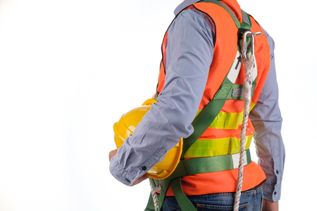 エンジニアは、白い背景の上の秋逮捕具を着用します。