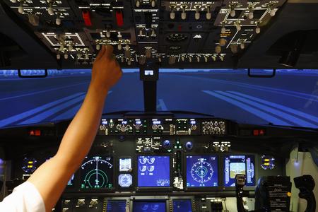 Controller in cockpit van vluchtsimulator Stockfoto