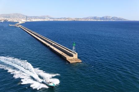 breakwater: Marsella rompeolas y barco piloto