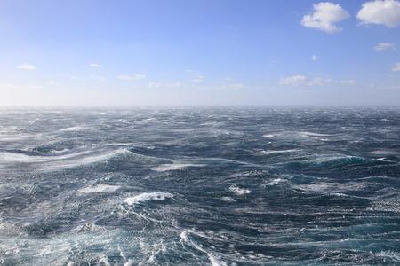 매우 폭풍우 치는 바다와 푸른 하늘
