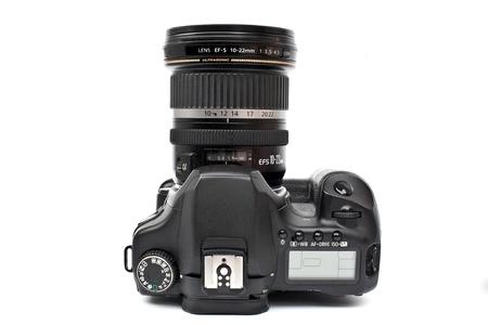 Una fotocamera nero isolato su sfondo bianco