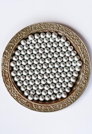 matiere plastique: mati�re plastique granules blancs premi�res sur fond blanc de dos Banque d'images