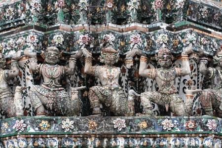 Statua gigante sulla parete nel tempio della Thailandia Archivio Fotografico