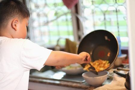 I ragazzini stanno cucinando
