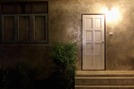 Eingang eines Hauses in der Nacht