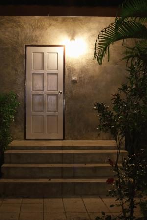 L'ingresso di una casa di notte