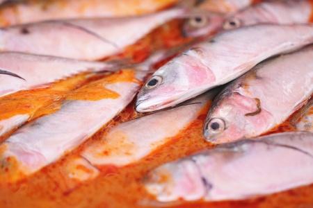 Pesce Curry cotto in una padella