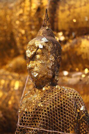 Golden Buddha nel vecchio tempio Archivio Fotografico