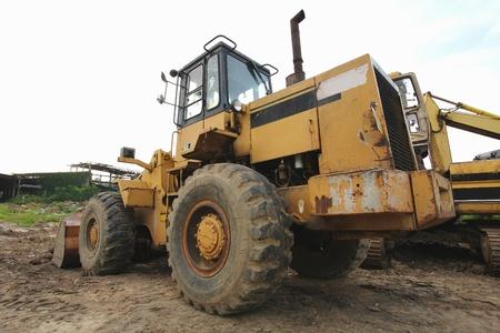 Caricatore escavatore con terne scarico sabbia a lavori di movimento terra in cantiere