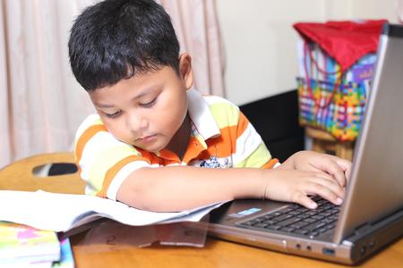 Lavoro ragazzo asiatico compiti con attenzione. Archivio Fotografico
