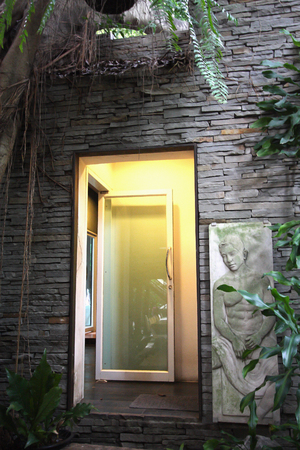 en suite: Entrance bathrooms has stone wall. Natural style