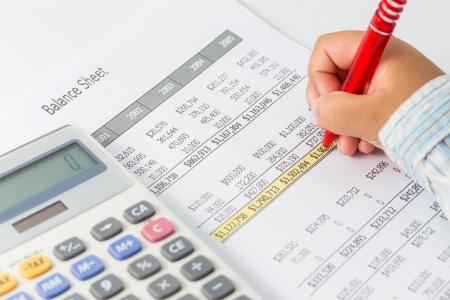 Rapport sur le budget de finances avec la main de quelqu'un Banque d'images - 24734783
