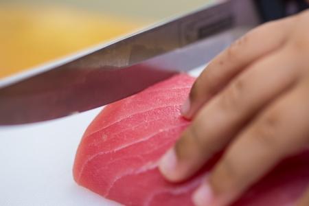 A mano � stata tagliata di pesce per fare il sushi