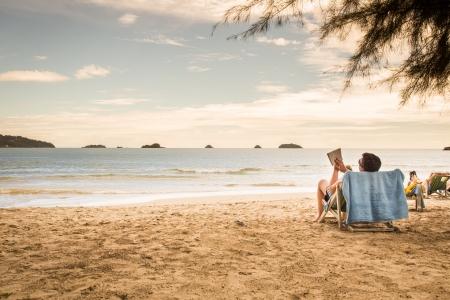 strandstoel: Mensen ontspannen op het strand Stockfoto