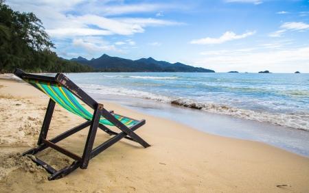 Sedie di legno di riposo in spiaggia