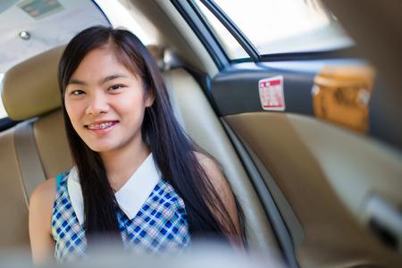 Belle donne asiatiche sono seduti sulla vettura felicemente