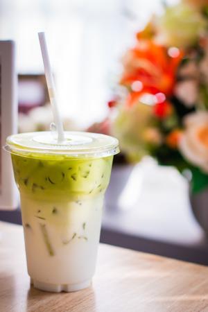 Bere t� verde frullato freddo.